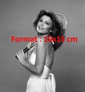 Reproduction D'une Photographie De Tina Louise En Robe Dos Nue Et Décolletée Tenant Une Raquette De Tennis - Reproductions