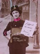 Cpa Photo FEMME En Habit De FACTEUR , FACTRICE  KEPI   MALLETTE POSTE  1907  WOMAN POSTGIRL Old Pc Recto Verso - Femmes