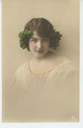 FEMMES - FRAU - LADY - Jolie Carte Fantaisie Portrait Femme Avec Raisin Dans Les Cheveux - Women