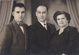 Oude Familiefoto, Ouders En Zoon, Reliëfstempel Foto Delcou Lauwe (pk31881) - Couples