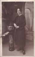 Oude Foto Jonge Dame Die Poseert Bij Vlaamse Vaas, Torhouts, Kortrijks Of Brugs Aardewerk (pk31892) - Autres