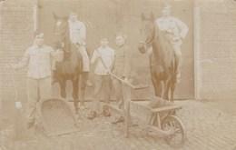 Oude Foto Landbouwers Poserend Met Paarden En Kruiwagen, Farmers With Horses, Fermiers Avec Chevaux (pk31896) - Paysans
