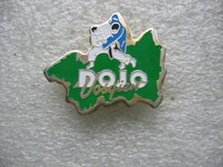Pin's Du DOJO Vosgien à VITTEL, NEUCHATEL Et CONTREXEVILLE - Judo