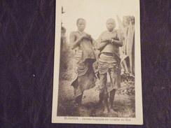 A416. CPA. AFRIQUE. RUANDA. Jeunes Bagoyés En Toilette De Fête.   Beau Plan Animé. Non Ecrite - Ruanda-Urundi