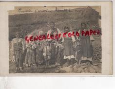 SERBIE - ENVIRONS DE MONASTIR - MOEURS DU PAYS - FAMILLE SERBE   - RARE  CARTE  PHOTO - Serbie