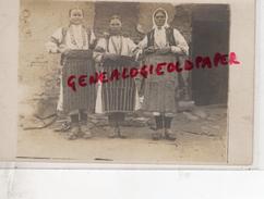 SERBIE - ENVIRONS DE MONASTIR - FEMMES  FEMME   - RARE  CARTE  PHOTO - Serbie