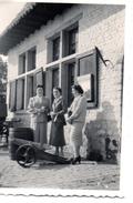 Photo WATERLOO Dames Devant Une Ancienne Maison Petit Canon 1957