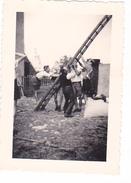 25968 Quatre 4 Photo BELGIQUE  - Camp Ecole  -scout -scoutisme - Entre1943  45- Ferme - Guerre, Militaire