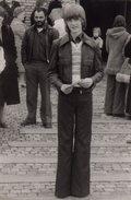 Photo Originale Adolescence - Adolescent Robert Au Petit Look Vintage 70's à La Sortie De L'église - Légende - Personnes Anonymes