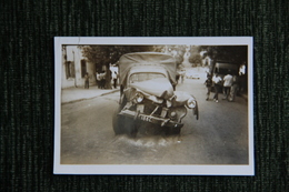 Automobile Accidentée , Peugeot 203 Pick Up En 1960. - Automobiles