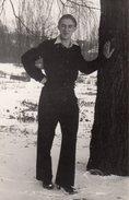 Photo Originale Homme - Beau Jeune Homme Playboy, Accoudé à Un Arbre Dans La Neige - Personnes Identifiées