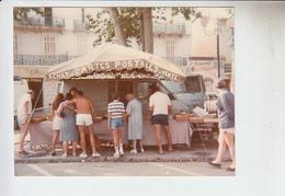 RT29.268 VAR DRAGUIGNAN  22 AU 24 JUILLET 1983 PHOTO 9.5X12. STAND DE CARTES POSTALES DE MONSIEUR MONDINO. DE LA VALETTE - Draguignan