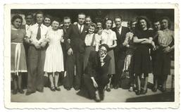 Ancienne Photo Amateur N&B Groupe Hommes Femmes Guinguette Chelles Gournay Seine Et Marne 77500 Bords De Tirage 1939 WW2 - Anonyme Personen