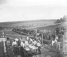 Photo Ancienne Originale Abreuvoir Chevaux Lingerie De Plein Air Poilus Cavaliers  1914 1918 Ww1 - Guerre, Militaire
