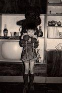 Photo Originale Divertissement - La Télévision S'invite Au Salon En 1978 Avec Enfant Et Ours En Peluche Sur épaules - Objetos