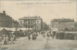 Laval - Place De L' Hôtel De Ville Un Jour De Marché (cliché Pas Courant) - Laval