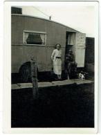Foto/Photo  Caravane & Couple + Chien. Scotland 1955. - Personnes Anonymes