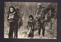 CPSM CANADA - YUKON - Famille Indienne Du Yukon On Dormira Sur Ces Branches D'épinettes SUPERBE PLAN ANIMATION PORTRAIT - Yukon