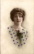 CP Portrait D'une Jeune Fille Portant Un Haut Fleuri - Women