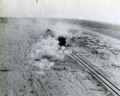 WWII Egypte Moyen Orient Attaque Aerienne De Train A Sidi Barrani Ancienne Photo 1943 - Guerra, Militares