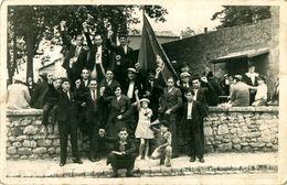 Cpa Photo Non Localisée, Partisans Poing Levé ( Voir Sigle Drapeau, CGT ? ) - A Identifier