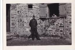 PHOTO ORIGINALE 39 / 45 WW2 WEHRMACHT FRANCE LOCQUIREC SOLDAT ALLEMAND ET CIVILE - Guerre, Militaire