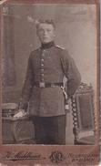 CDV Foto Deutscher Soldat Mit Bajonett - Atelier Mühlbauer, Neubreisach Breisach - Ca. 1900 - 8,5*5,5cm (26693) - War, Military