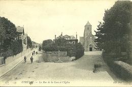 76 Seine Maritime ETRETATla Rue De La Gare Et L église  Non Voyagée - Etretat
