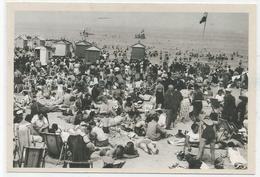 Touristes Sur La Plage. Les Premiers Congés Payés En 1936. Reprodution D'une Photographie De 1936. - Histoire