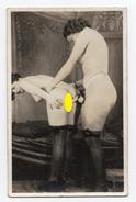 Carte Photo N°5 - Scène Entre 2 Femmes - Nus Adultes (< 1960)