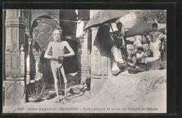 AK Benares, Fakir Devant La Porte Du Temple De Shiva - Völker & Typen