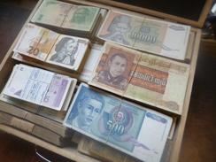 DEPART 1 EURO ! EUROPE/MONDE VALISE DE 3500 BILLETS(35 LIASSES) LA PLUPARTS CIRCULES ! - Monnaies & Billets