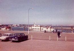 Photo Originale Mercedes & Ford Taunus Sur La Quai Devant Le Ferry Boat Quittant Le Port - Automobili