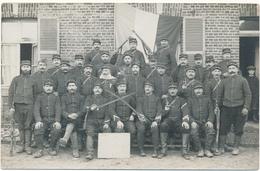 Carte Photo Militaire  - Groupe De Soldats, 3 Sur Col Devant Le Drapeau - Guerre 1914-18
