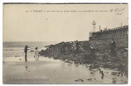 CPA - CALAIS, AU PIED DE LA JETEE OUEST, LA QUEILLETTE DES MOULES - Pas De Calais 62 - Animée - Ecrite - Calais