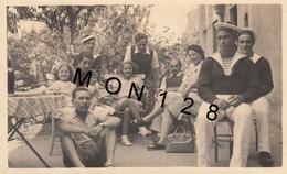 PORT LOUIS   (56 Morbihan) AU JARDIN DE L'HOTEL KER JOJEB 1939 -PHOTO ORIGINALE Dim 11,5x7 Cms -BON ETAT (marins) - Lieux