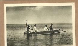 OCEANIE  ILES  DU  PACIFIQUE   UN PERE DES  SACRES  COEURS  DE PICPUS  VA  PORTER LE SAINT  VIATIQUE  A UN MALADE - Postcards