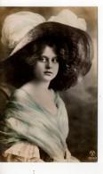 Une Jeune Femme Avec Chapeau - Femmes