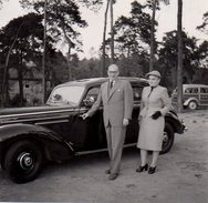 Petite Photo Originale Mercedes Benz Et Son Couple D'anciens Devant Un Magnifique Break Bois 1954 - Coches