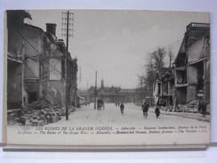 80 - LES RUINES DE LA GRANDE GUERRE - ABBEVILLE - MAISONS BOMBARDEES - AVENUE DE LA GARE - LA GARE - ANIMEE - Abbeville
