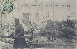 Cpa 11 – Narbonne – Les Barricades ( Les Troubles Du Midi ) - Au Fond, L'Hôtel De Ville ( Eld ) - Narbonne