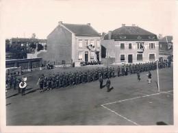 Pont-à-Celles ?- Photo. Leclercq - Armée Américaine Vers 1947- Place à Identifier - Revue - Fanfare -Drapeau -23,5/18 Cm - Pont-a-Celles