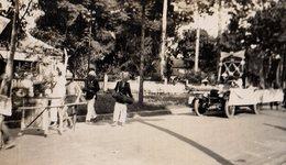 Photo Originale Voiture Et Fête Foraine - Défilé & Cavalcade, Ambiance Colonie D'Afrique De L'ouest Et Tacot 1930 - Automobiles
