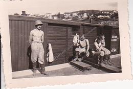Foto Italienische (oder Rumänische) Soldaten Vor Bahnwaggon - 2. WK -  6*4cm (26906) - Guerra, Militari