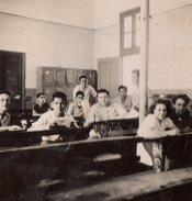 Petite Photo Originale Scolaire - Elèves Dans Leur Salle De Classe En Algérie ? Filles Et Garçons Mixte - Anonyme Personen