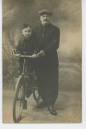ENFANTS - VELO - Belle Carte Photo Portrait Petit Garçon Sur Bicyclette Avec Son Papa - Portraits