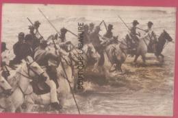 13 - SAINTES MARIES DE LA MER---Pélerinage (Camargue 24 Et 26 Mai ) Les Gardians Arrivent Dans La Mer---animé - Saintes Maries De La Mer