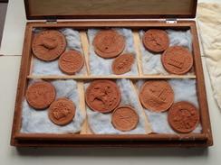 Houten Koffer Met 24 PENNINGEN In ( Steen / Plaaster ?? ) Ministerie Van Nationale Opvoeding En Cultuur ! - Coins & Banknotes