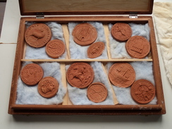 Houten Koffer Met 24 PENNINGEN In ( ? Materiaal ? ) Ministerie Van Nationale Opvoeding En Cultuur ( Originele Koffer ) ! - Monnaies & Billets