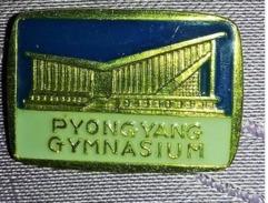 Ancienne-broche-epinglette-NO-pin-039-s-PIONGYANG-GYMNASIUM-COREE-DU-NORD-communisme P15+ - Badges